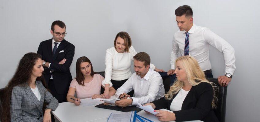 Zdjęcie przedstawiające grupę osób podczas zebrania